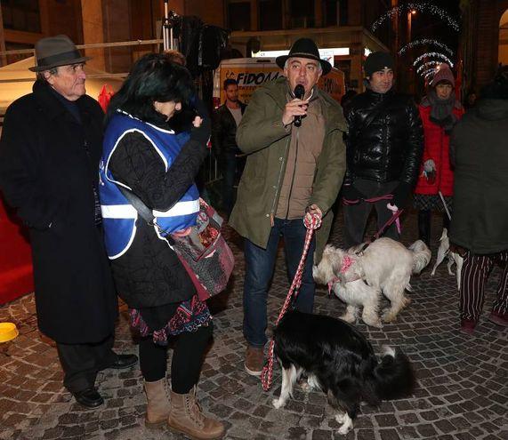 Alle 22,30 il gruppo si è spostato alla chiesa del Carmine (in fondo a Corso XI Settembre), per la benedizione degli animali (FotoPrint)