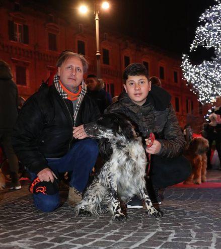 'Natale insieme, Amico Cane' compie 27 anni e l'appuntamento è andato in scena, come tradizione, in piazza del Popolo, alle 21,15 del giorno di Natale (FotoPrint)