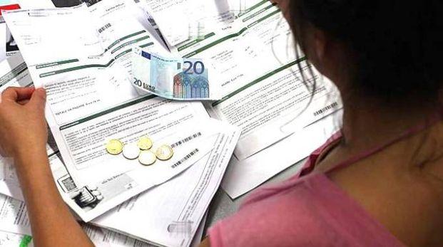 Una donna alle prese con bollette da pagare