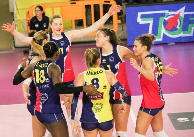 Un momento del match: l'esultanza delle ragazze di Scandicci (Fotocronache Germogli)