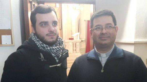 Il parroco, don Mario Villafuerte, insieme ad Andrea Moruzzo