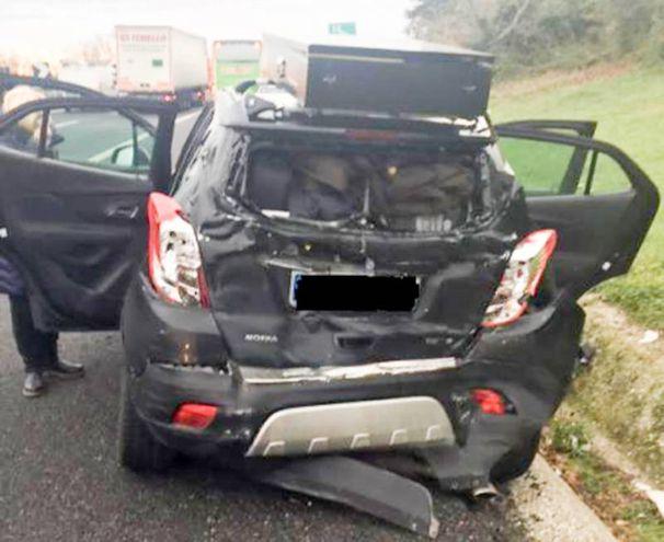 Si sono scontrati un pullman e un'auto (foto Zeppilli)