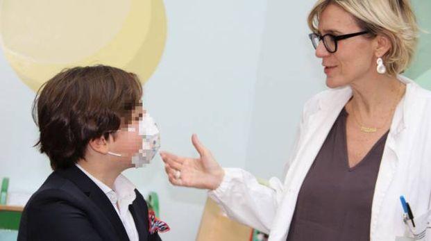 Tommaso con Emanuela Angeli, uno dei cardiochirurghi del Policlinico che segue il bambino