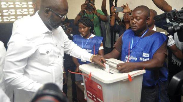 George Weah al voto in un seggio di Monrovia (Ansa)
