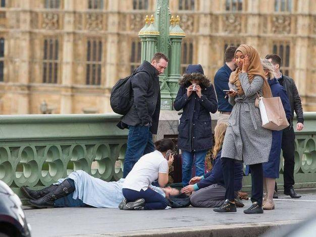 """La donna col velo """"indifferente"""" durante l'attentato di Londra"""