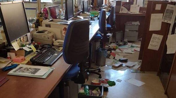 L'ufficio messo a soqquadro dai ladri