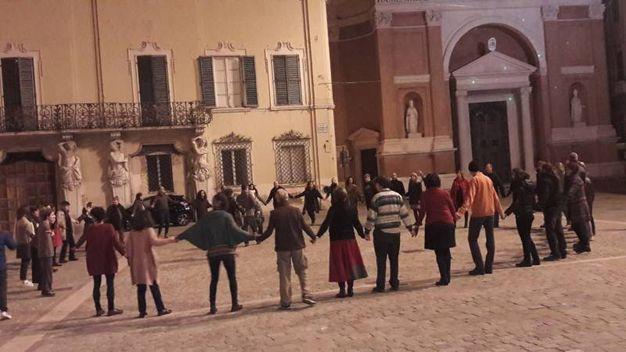 Il Duomo illuminato per il Natale fa da sfondo allo spettacolo spontaneo (foto Ferreri)