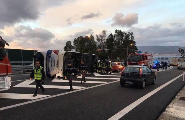 Agenti della Polizia stradale sul luogo del ribaltamento di un pullman partito da Urbino sull'autostrada A2 del Mediterraneo, che ha provocato 15 feriti (foto Ansa)