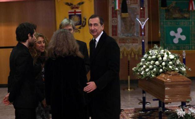 Camera ardente di Gualtiero  Marchesi al Teatro Dal Verme: il sindaco Giuseppe Sala con i familiari (foto Ansa)