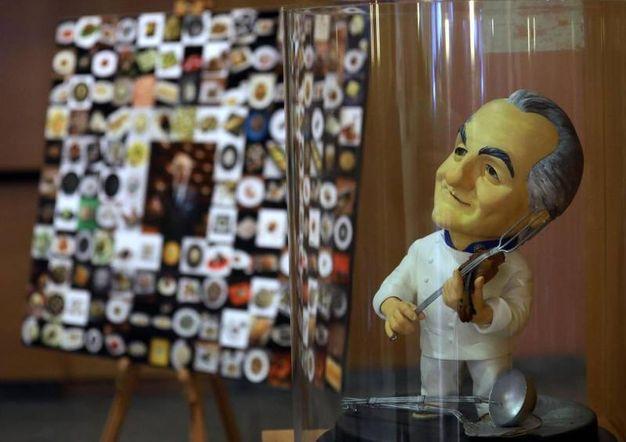 """Nel foyer del Teatro Dal Verme un """"collage"""" di piatti celebri dello chef e una sua statuina (foto Ansa)"""