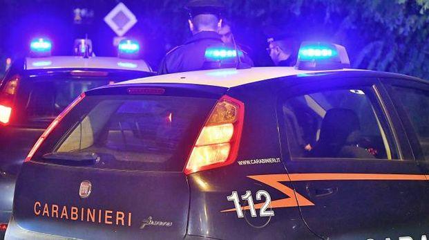 La violenta lite è avvenuta vicino alla caserma dei carabinieri
