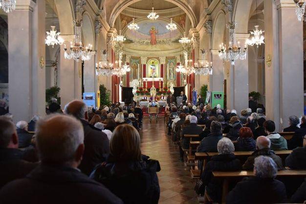 La chiesa gremita per l'addio a De Carolis (foto Fantini e Frasca)