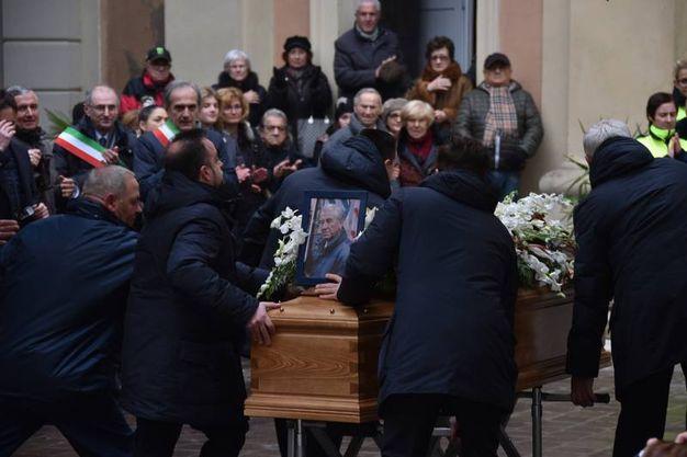 La salma di De Carolis all'ingresso della chiesa (foto Fantini e Frasca)