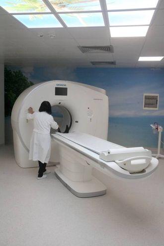 Questa tc infatti è l'unica dotata di due tubi radiogeni che ruotando a 0,25 sec emettono fasci di radiazione a energie differenti che permettono di analizzare in dettaglio in un'unica scansione tutti i tessuti del corpo umano dall'osso al grasso (Foto Antic)
