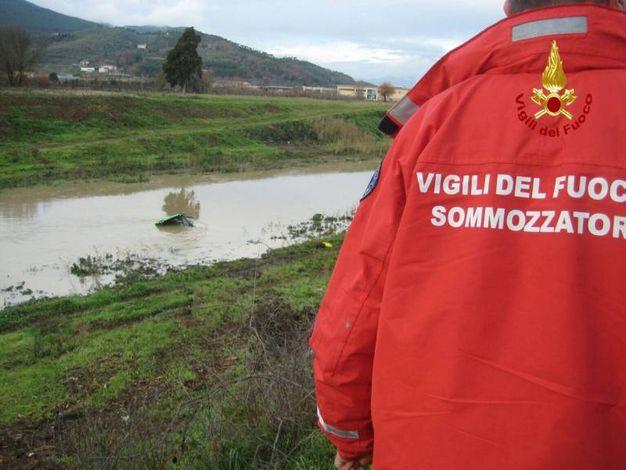 Pisa, i vigili del fuoco  recuperano un trattore nel canale Imperiale