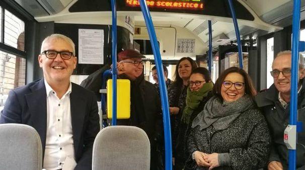 Il sindaco Carancini  e la giunta sul bus