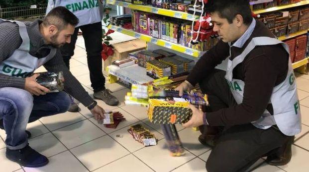 Finanzieri durante le verifiche nei grandi magazzini