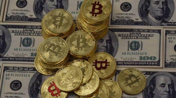 Bitcoin e dollari (ImagoE)