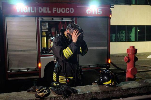 Porcari, incendio nel magazzino del calzaturificio Rox. I vigili del fuoco hanno domato le fiamme dopo una notte di lavoro