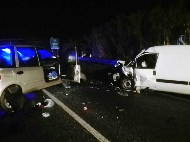 La vittima dell'incidente frontale avvenuto a Osimo  viaggiava in auto con i tre bimbi piccoli, un maschietto di 5 anni, una piccola di 2 e la più grande di 6, si è schiantata frontalmente contro un furgoncino Scudo