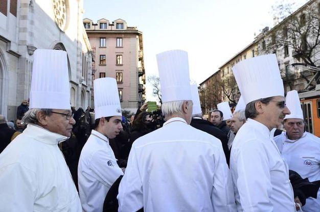 Chef con cappello bianco ai funerali di Gualtiero Marchesi (foto Ansa)