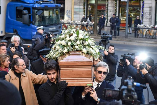 Folla e commozione ai funerali di Gualtiero Marchesi (foto Lapresse)