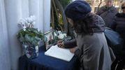 Folla e commozione ai funerali di Gualtiero Marchesi, firme sul libro delle condoglianze (foto Newpress)