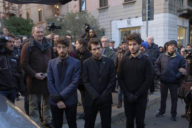 Folla e commozione ai funerali di Gualtiero Marchesi, i nipoti dello chef(foto Newpress)