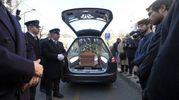 Folla e commozione ai funerali di Gualtiero Marchesi, l'arrivo del feretro (foto Newpress)