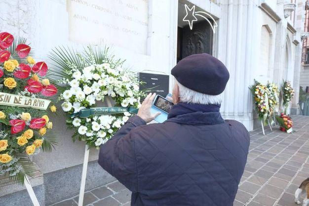 Le corone di fiori sul sagrato per i funerali di Gualtiero Marchesi (foto Newpress)