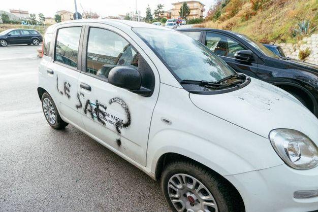 Una delle macchine vandalizzate (foto Zeppilli)