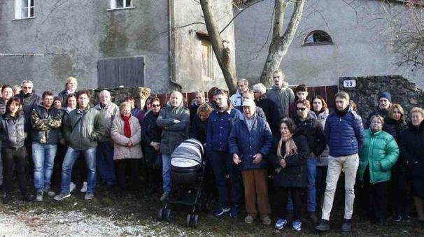 Gli abitanti di Capriglia davanti alla struttura in località Le Piane che ospiterà i richiedenti asilo