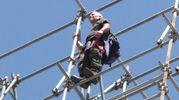 L'arrampicata di protesta di Rosario Giangrasso sul duomo di Firenze lo scorso luglio (Gianluca Moggi/New Press Photo)
