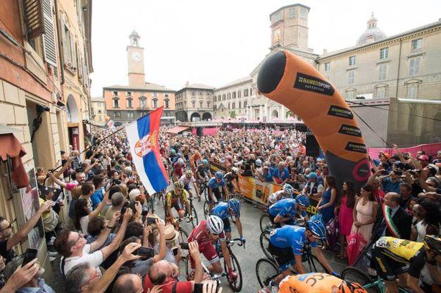 Il 18 maggio il Giro d'Italia fa tappa a Reggio. Vince il colombiano Gaviria. Il giorno dopo la carovana rosa riparte da piazza Prampolini
