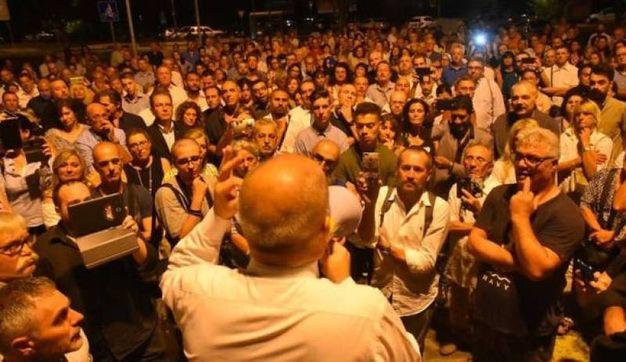 Protesta a inizio agosto davanti al Tribunale contro la concessione della libertà a un pedofilo reo confesso e arrestato. Il giovane sarà successivamente incarcerato