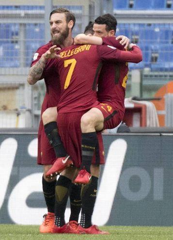 L'abbraccio con De Rossi e Florenzi (foto Ansa)