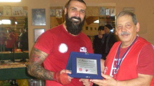 L'atleta Daniele Mannucci riceve la targa al merito dal maestro Ilvano Pacchini