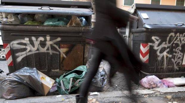 Un cassonetto pieno di rifiuti in via Niso a Roma (Ansa)