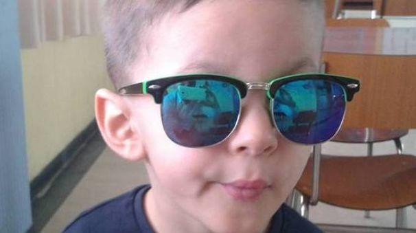 DRAMMA Christian Corso gioca in un parco pubblico Lascia  una sorellina di otto anni La famiglia si trovava  a Ercolano per le festeMANIFESTAZIONE Striscione  e fiaccole accese per le strade di Ercolano