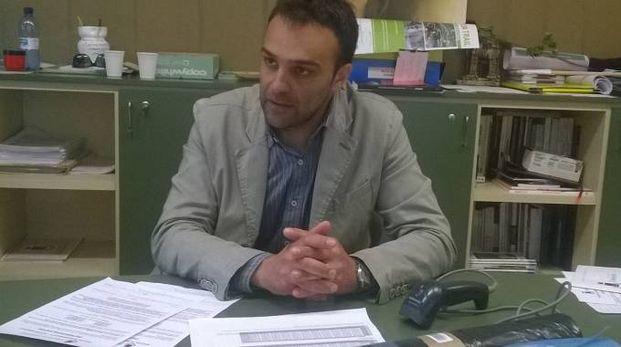 SPIRITO CIVICO Il vicesindaco Davide Trussoni mostra i nuovi sacchi distribuiti dall'Amministrazione casa per casa