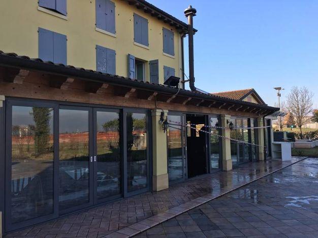 A fuoco il ristorante Il Borgo, situato proprio accanto all'ingresso del casello di Modena nord (foto Fiocchi)