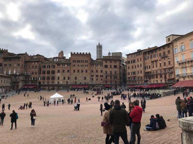 Cresce l'attesa in piazza del Campo per il concerto di San Silvestro