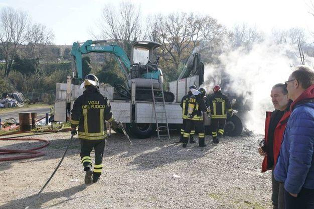 Camion a fuoco in zona San Michele a Fermo, lungo la strada che collega Porto San Giorgio a Capodarco (foto Zeppilli)