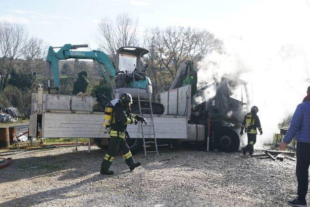L'intervento dei vigili del fuoco (foto Zeppilli)