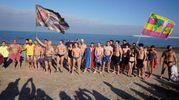 Porto San Giorgio, i partecipanti al tradizionale bagno in mare (foto Zeppilli)
