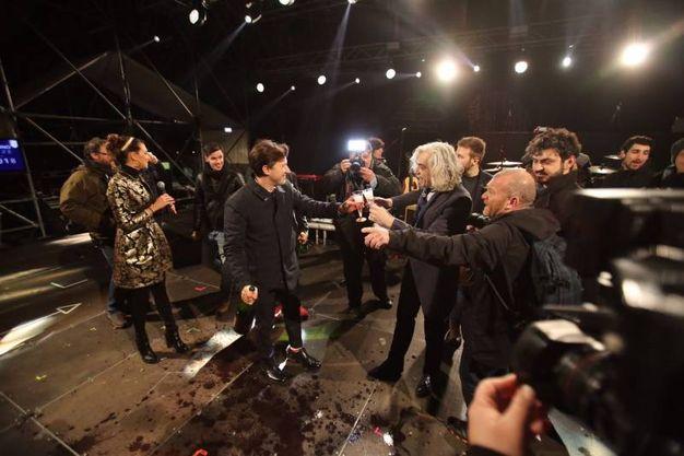 La festa a Firenze: il sindaco Nardella brinda con gli artisti sul palco (Marco Mori / New Press Photo)