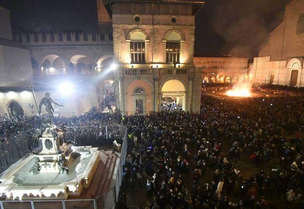 Tantissimi in Piazza Maggiore per dare il ben venuto al 2018 e salutare alla grande il 2017 (Foto Schicchi)