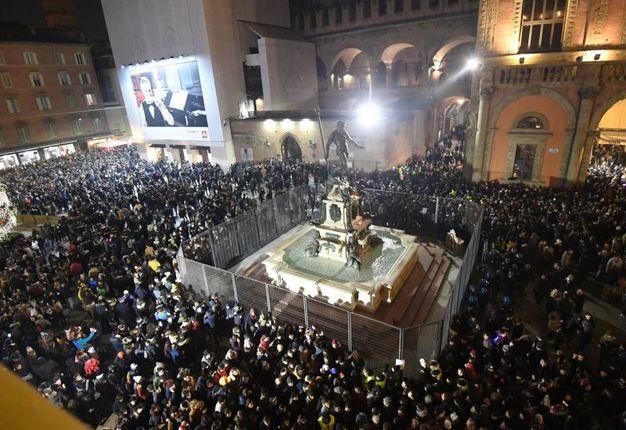 Una folla in Piazza Maggiore (Foto Schicchi)