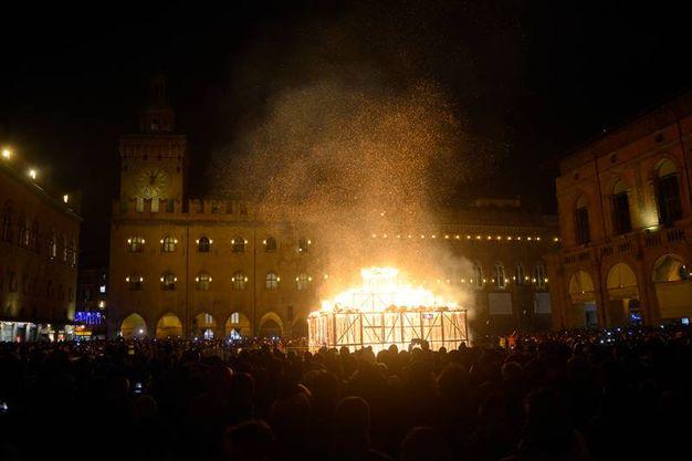 Brucia il Vecchione 'Il re è nudo', progettato da 'Gli Impresari' (Foto Schicchi)