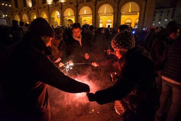 Si festeggia con gli amici in piazza (Foto Schicchi)